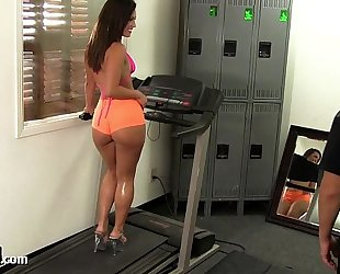 Big booty gym chick takes a big 10-Pounder!