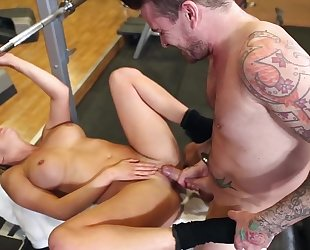 Horny slut with big juggs pleasuring tattooed guy in the gym
